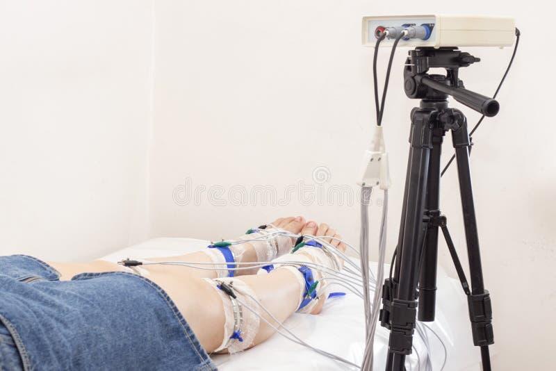Rheogram niscy skraje pacjent nogi na rheovasography matrycować elektrody łączą nogi i app zdjęcia stock
