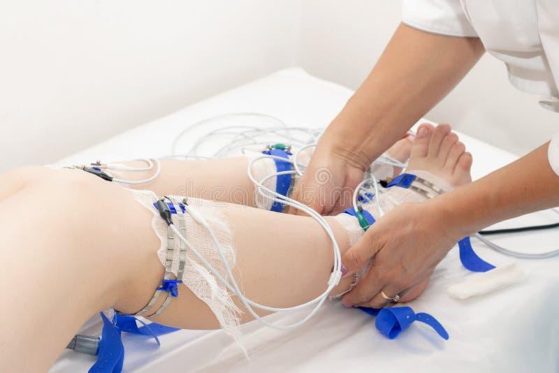 Rheogram niscy skraje pacjent nogi na rheovasography matrycować elektrody łączą nogi i app obrazy royalty free
