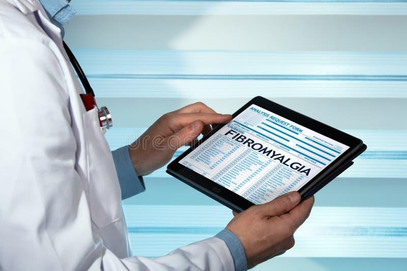 Rheumatologist com diagnóstico da fibromialgia em médico digital com referência a foto de stock
