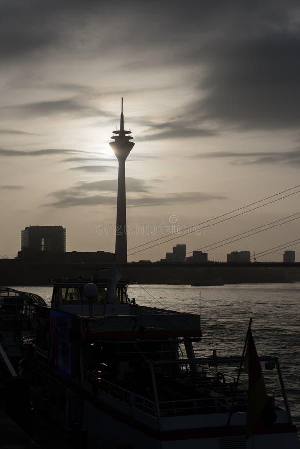 Rhine för DÃ-¼sseldorf torn på solnedgången, silhouttesikt arkivbilder