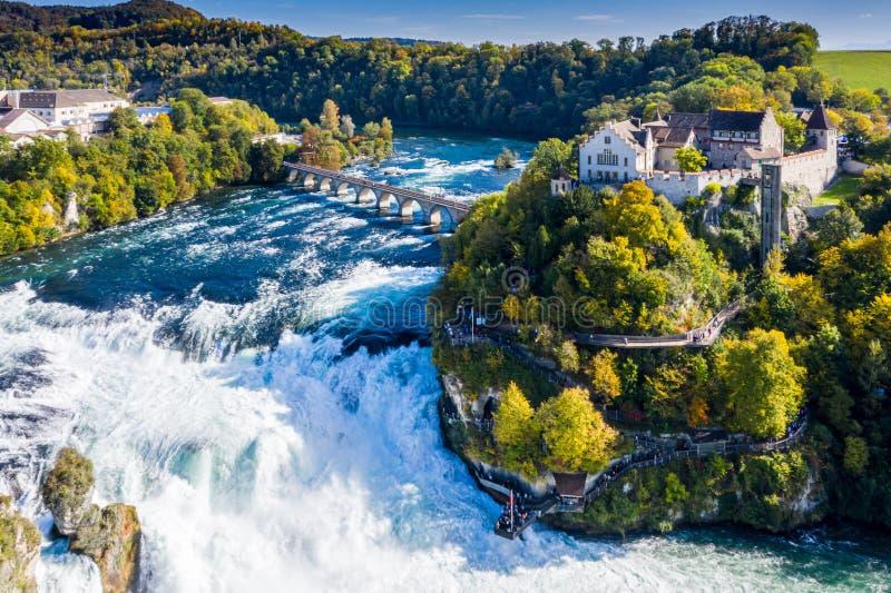 Rhine Falls ou Rheinfall, vue aérienne panoramique sur la Suisse Bateau touristique en cascade Pont et frontière entre les canton photo libre de droits