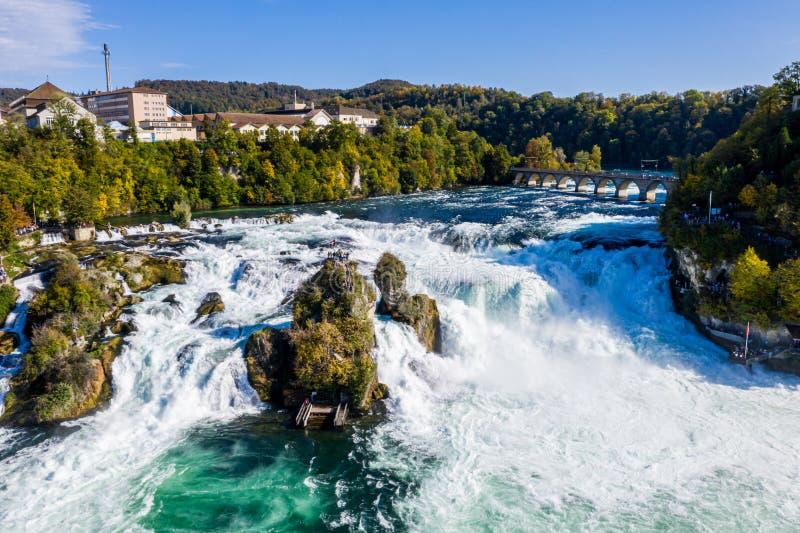 Rhine Falls, Rheinfall, Suisse panoramique aérienne Bateau touristique en cascade Pont et frontière entre les cantons image stock
