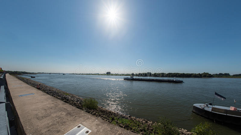 Rhine nawigacja na Rhine blisko Emmerich, Niemcy zdjęcia royalty free