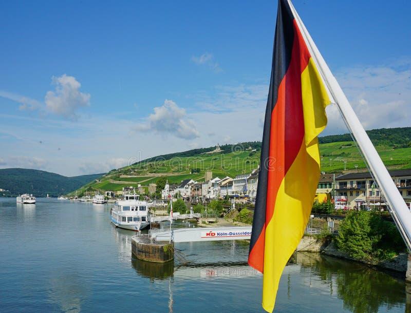 Rhine River p? den medeltida byn av Rudesheim, Tyskland royaltyfri bild