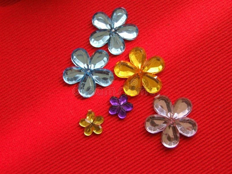 Rhinestones formés par fleur photos stock