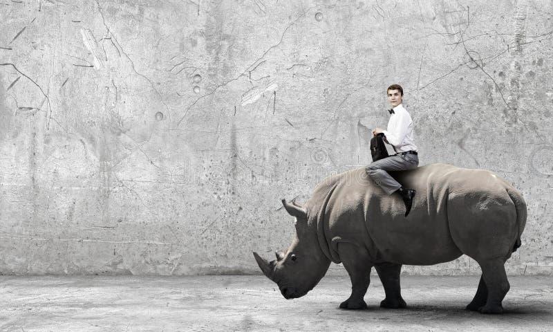 Download Rhinocéros de tour d'homme photo stock. Image du type - 56480168