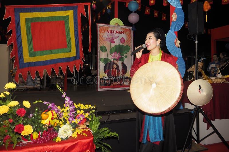 Rho, W?ochy 1 2018 Grudzie?: Folklor grupa od Wietnam zdjęcia stock