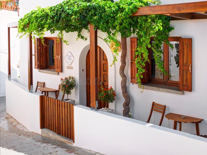 RHODES Ö, GREKLAND, JUNI 25, 2015: Sikt på den grekiska vita villan Panthea för turister och gäster Hotellarkitektur för klassisk arkivbilder