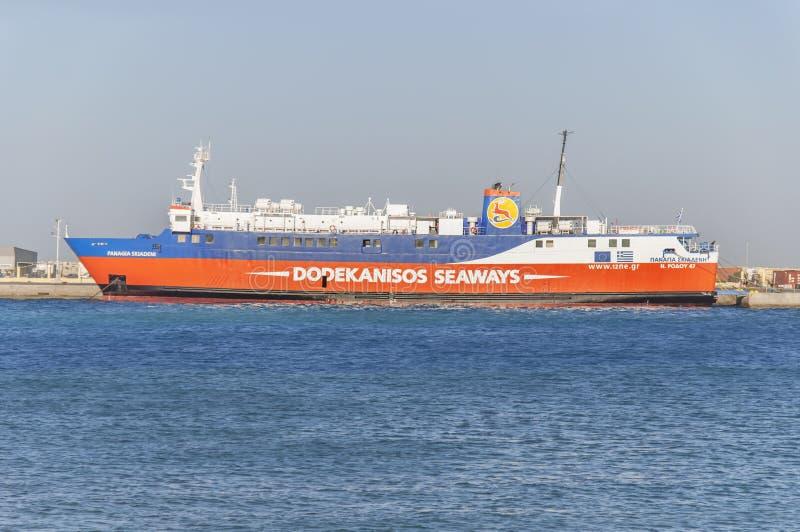 RHODES GREKLAND - Augusti 26: Dockedat för Dodekanisos sjövägfärja royaltyfri fotografi