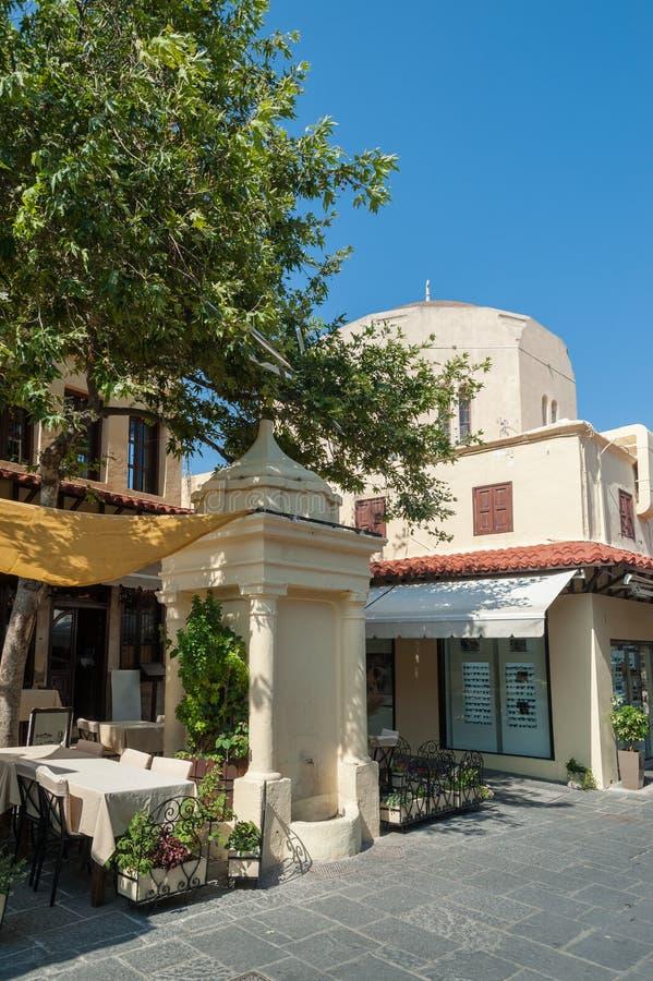 Rhodes Grekland 05/30/2018 Lokal restaurang på den huvudsakliga Sokratous gatan Rhodes gammal stad, ö av Rhodes, Europa royaltyfria foton