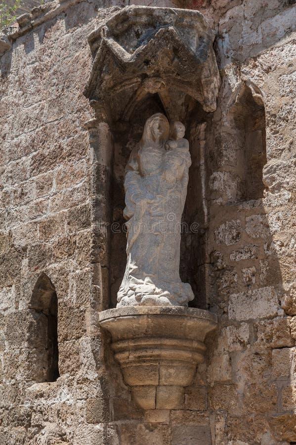 Rhodes Grekland Maj 30, 2018 Gatan av riddarna Staty av jungfruliga Mary med barnet Kyrka av St-Treenighet och departement av royaltyfri bild