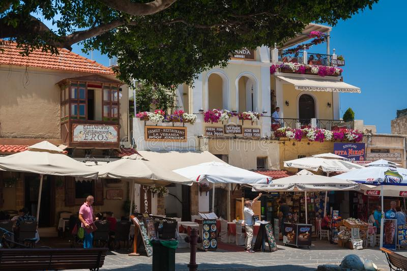 Rhodes Grekland Maj 30, 2018 Lokalt shoppar och restauranger på marknadsgatan i i stadens centrum gammal stad ö rhodes Europa royaltyfria bilder