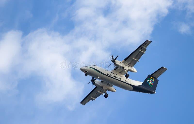 RHODES GREKLAND - SEPTEMBER 20 2016: Olympiskt luftflygplan kommer in att landa på bakgrund av klar himmel för blått royaltyfria bilder