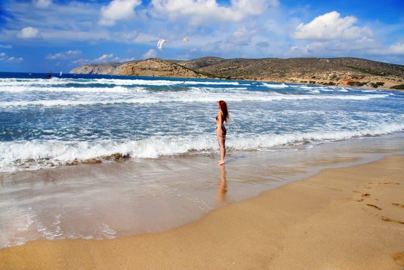 Rhodes. La jeune belle femme sur le littoral. photographie stock