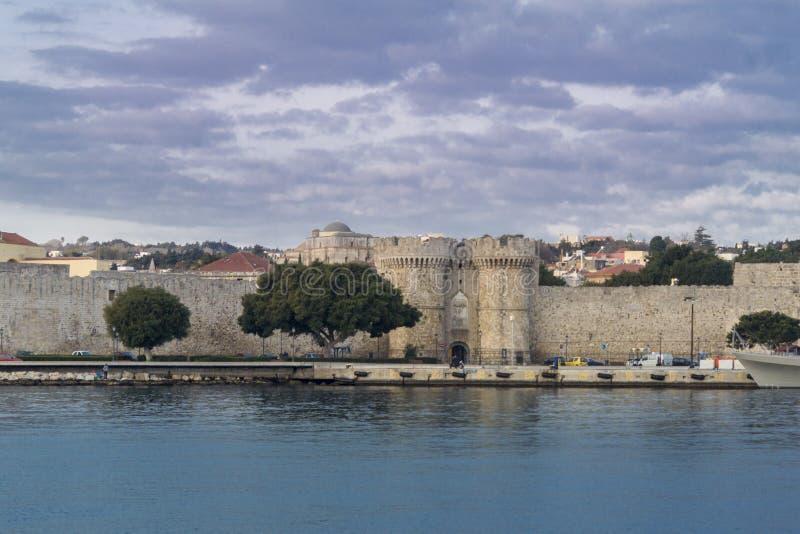 Rhodes Old Town City Gate från hamnen royaltyfri bild