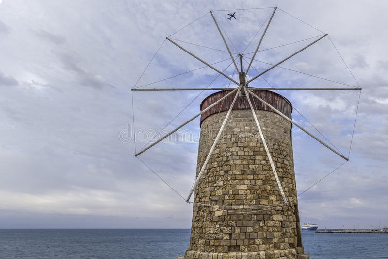 Rhodianwindmolen met vliegtuig en cruiseschip royalty-vrije stock afbeelding
