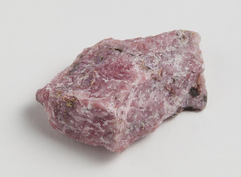 Rhodonite do minério no fundo branco foto de stock