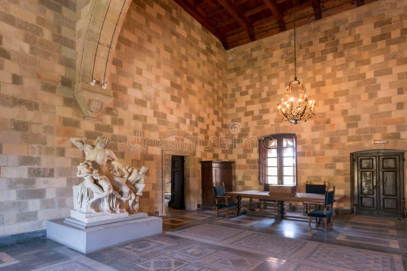 Rhodos Grekland - Augusti 2016: En av de huvudsakliga kammarna av slotten av den storslagna förlagen av riddarna av Rhodes Kastel arkivbilder