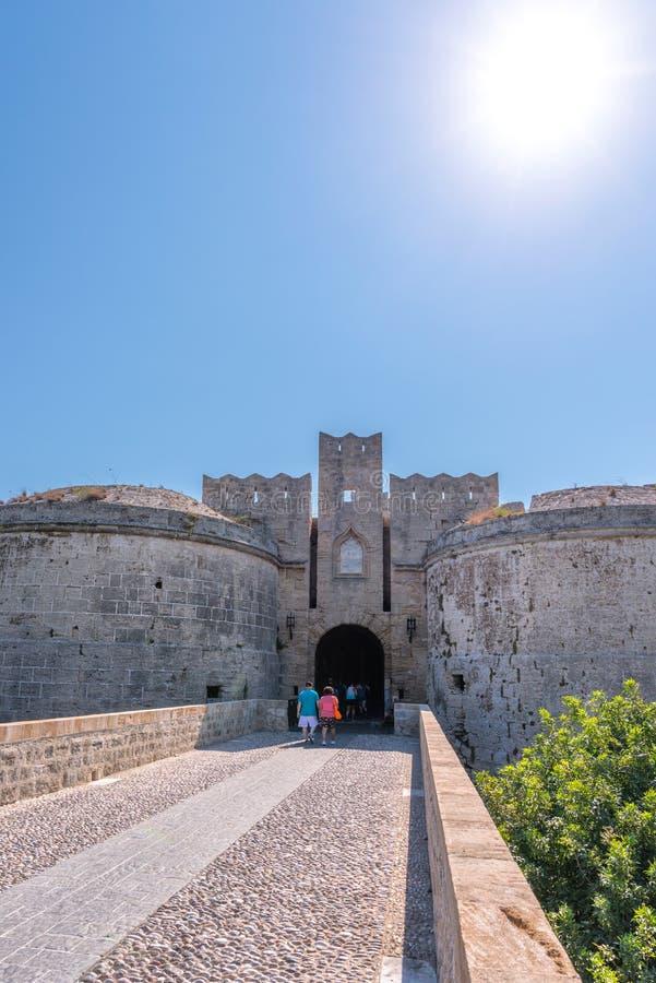 Rhodos Grekland - Augusti 2016: Portd'Amboise i Rhodes, storslagen port nedanför slotten av den storslagna förlagen och bron so royaltyfria foton