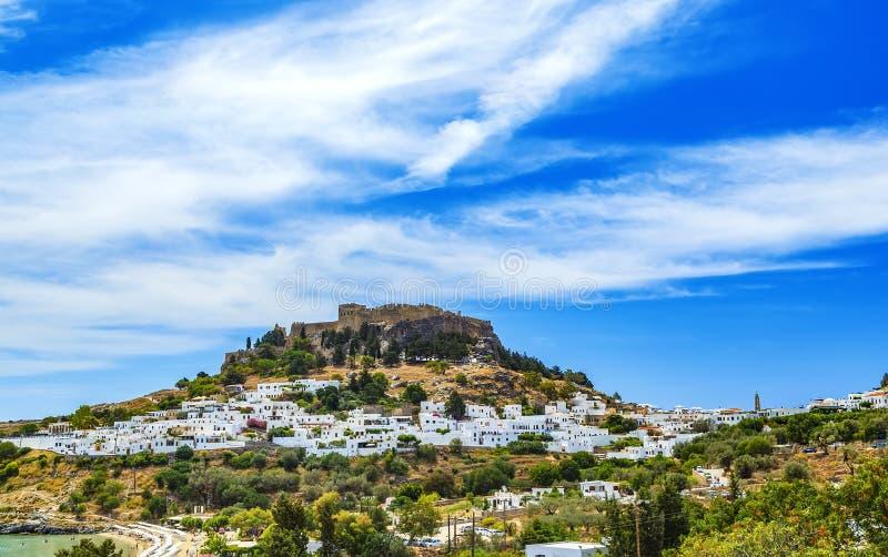 Rhodos, Griekenland Lindos kleine vergoelijkte dorp en Akropolis, landschap van Rhodos-Eiland bij Egeïsche Overzees stock foto