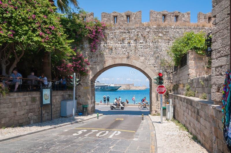 Rhodos, Griekenland 30,2018 mei Middeleeuwse poort en stadsvestingwerkmuren Rhodos, Oude Stad, Eiland Rhodos, Griekenland, Europa stock fotografie