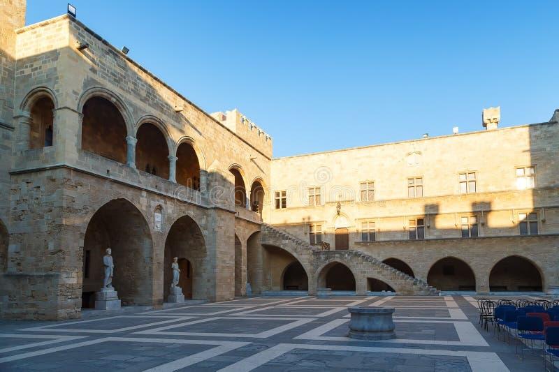 RHODOS, GRIEKENLAND - SEPTEMBER 23 2016: Het Paleis van Grote Meester de Ridders is een middeleeuws kasteel in de stad stock afbeeldingen