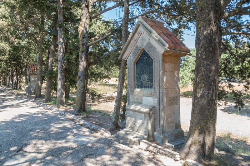 Rhodos-Insel, Griechenland 05/28/2018 Der Weg, der zu gigantisches Kreuz nahe Kloster von Filerimos führt Christus Leidenschaft w stockfotos
