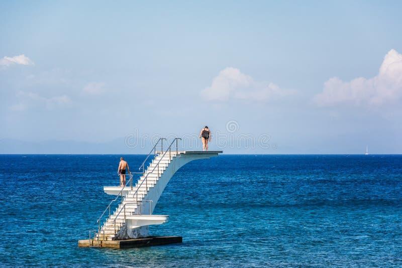 RHODOS-INSEL, Griechenland - 5. Juni 2014: Paare, die an Tauchen zum Meer denken lizenzfreies stockfoto