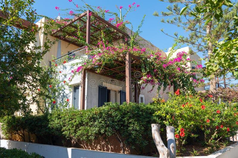 RHouse μεταξύ των πράσινων εγκαταστάσεων στο νησί της Κρήτης, Ελλάδα στοκ φωτογραφίες με δικαίωμα ελεύθερης χρήσης