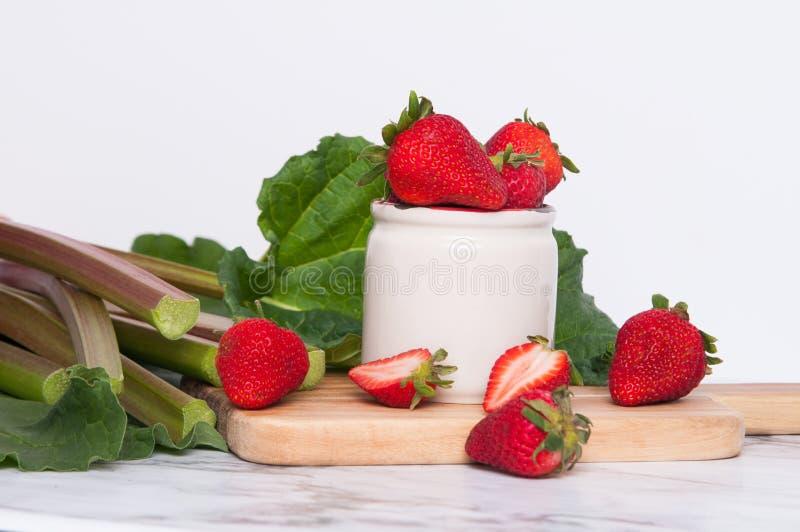 Rhubarbe et fraises photos libres de droits