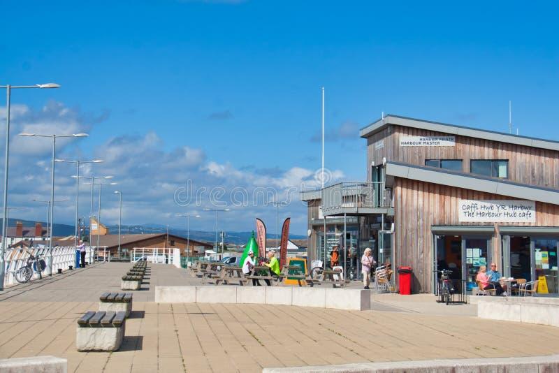 Rhyl hamnstrandpromenad och kafé royaltyfri foto