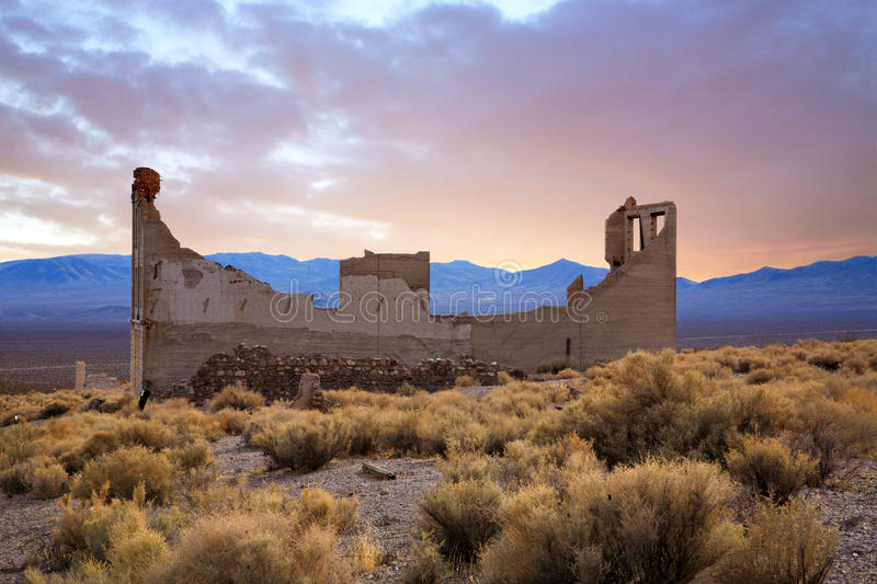Rhyolite Nevada. A Crumbling Structure Overlooking The Amargosa Valley At Rhyolite Nevada, An Abandoned Town Near Death Valley stock photos