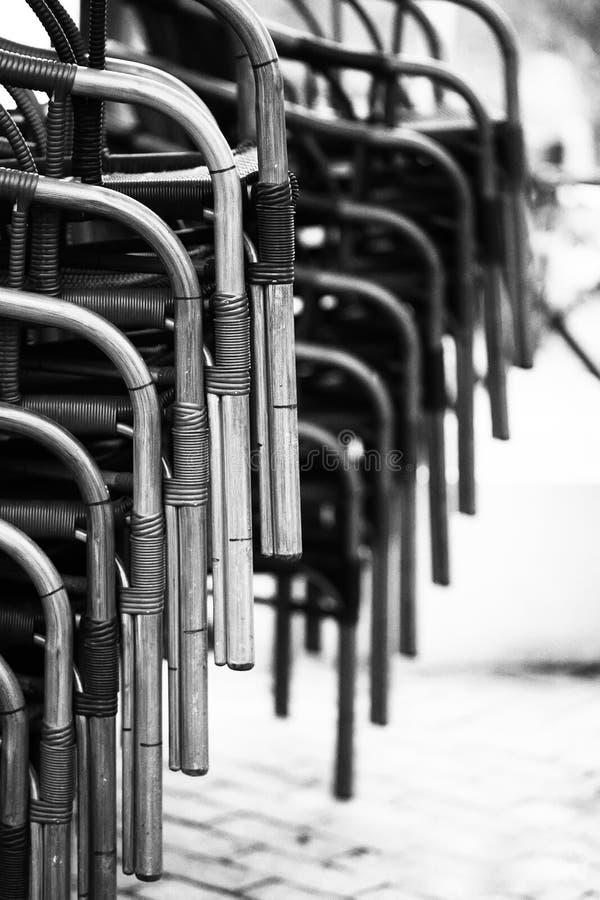 Rhythmische Schwarzweiss-Zusammensetzung von Stühlen Die Zusammensetzung ist Kontrast lizenzfreie stockfotos