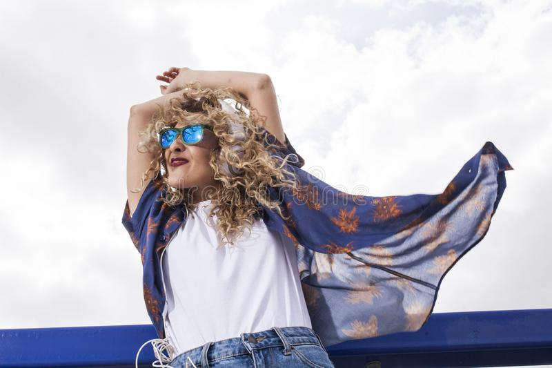 Rhythmus und Tanz in der Sonne lizenzfreies stockfoto
