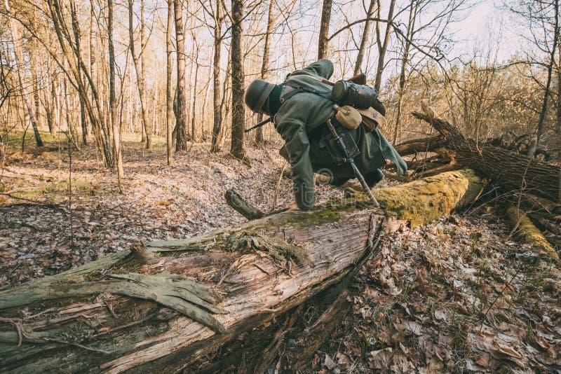 Ri--enactor vestito come guerra tedesca II di Of The World del soldato di Wehrmacht della fanteria fotografia stock libera da diritti