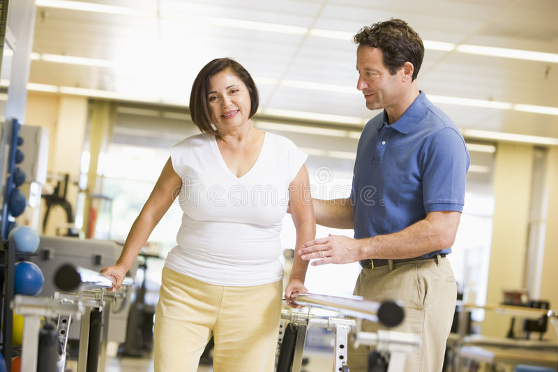 riabilitazione paziente del fisioterapista fotografie stock libere da diritti