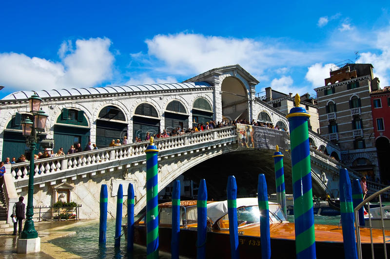 Rialto-Brücke mit blauem Himmel in Venedig, Italien lizenzfreies stockbild