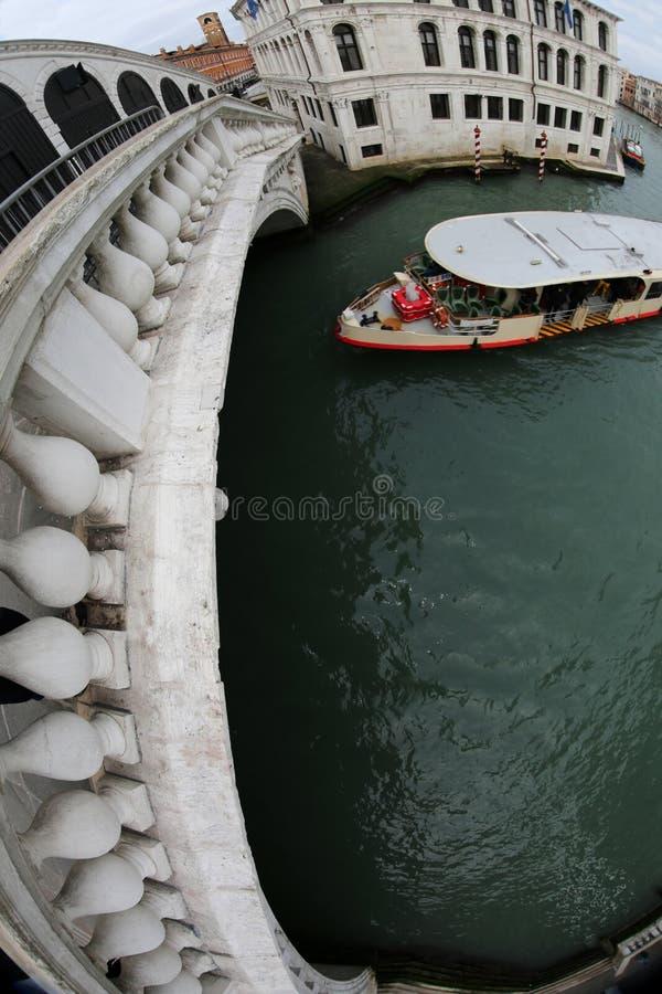 Rialto-Brücke mit fisheye Linse und einer Fähre lizenzfreie stockfotos