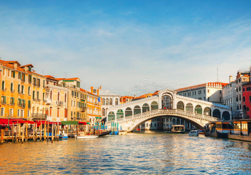 Rialto Brücke (Ponte Di Rialto) in Venedig, Italien lizenzfreie stockfotografie