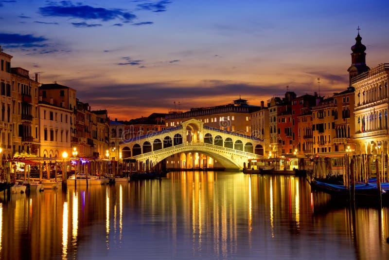 Rialto Brücke in Venedig stockfotos