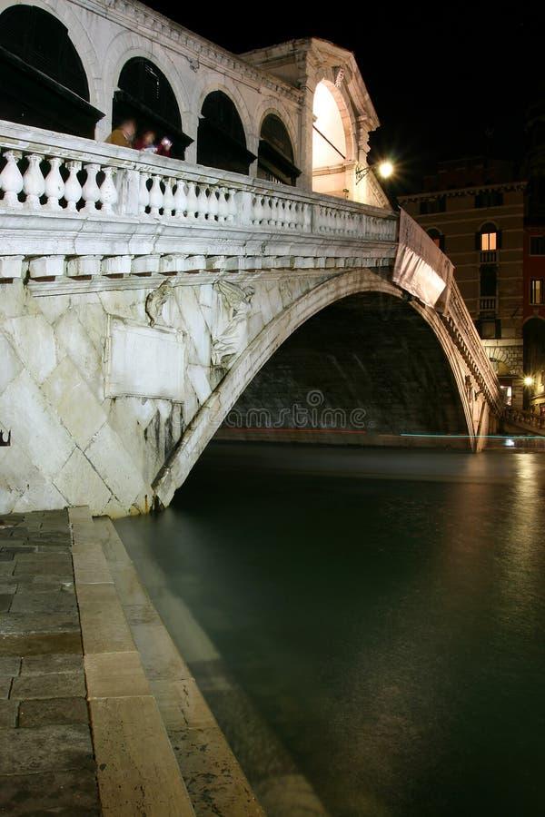 Rialto Brücke, Venedig nachts lizenzfreies stockbild