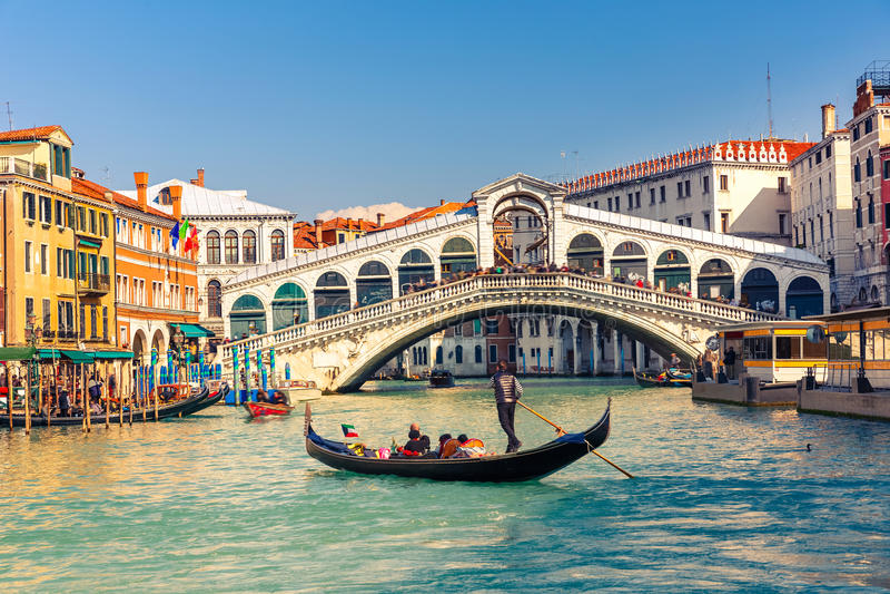 Rialto bro i Venedig royaltyfri fotografi