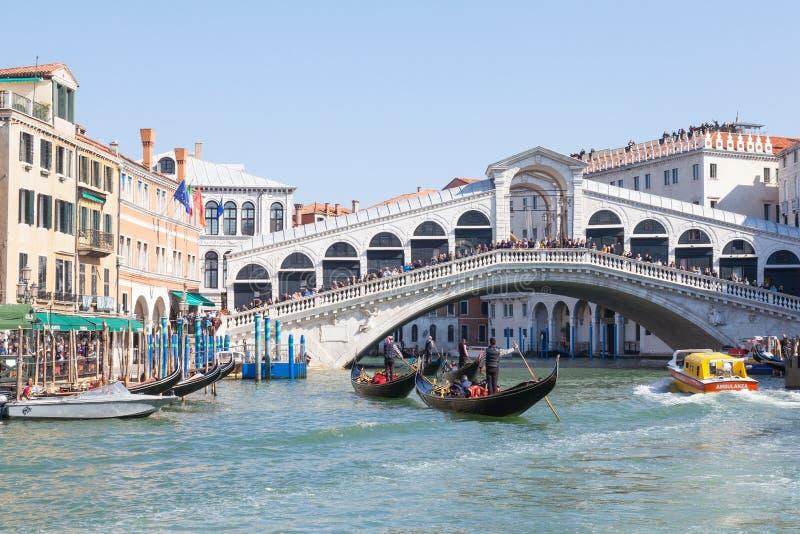 17 Rialto för mars 2017 bro och gondoler på Grand Canal arkivfoto