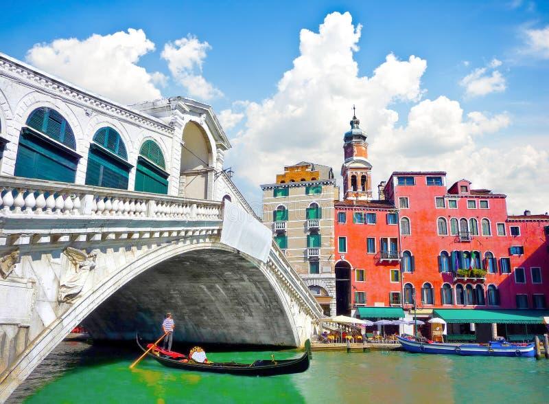 Rialtobrug met Gondel onder de brug in Venetië, Italië stock afbeeldingen