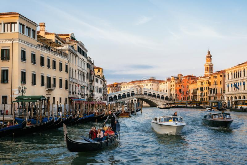Rialtobrug op Grand Canal met gondels en boten, Venetië, Italië stock afbeelding