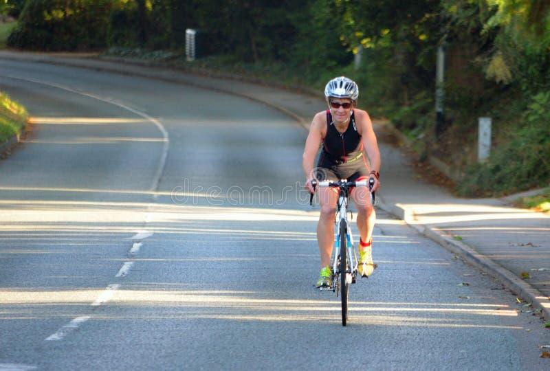 Riathlon konkurrent på vägen som cyklar etappen av konkurrens royaltyfria foton
