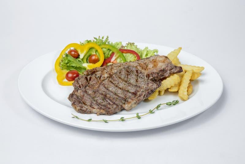 Rib Eye Steak a servi avec de la salade fraîche et le français frits photos stock