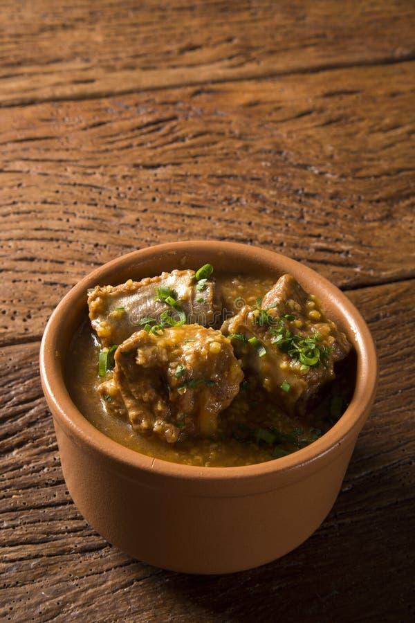 Rib met saus Braziliaanse voedsel typische geroepen canjiquinha in Brazilië stock fotografie