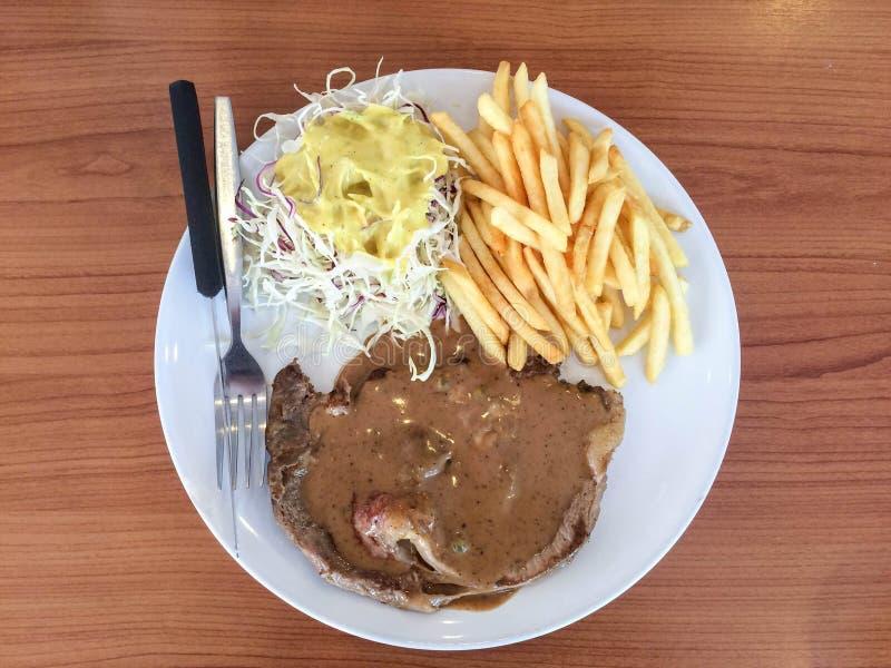 Rib-oog lapje vlees met pepersaus, Frieten en salade royalty-vrije stock fotografie