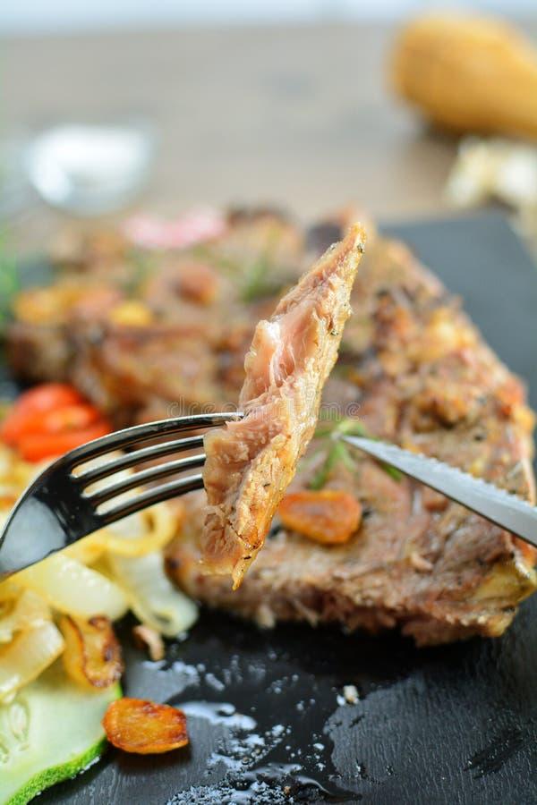 Rib Steaks grill? aux oignons - un repas sain de r?gime de c?tonique photos stock